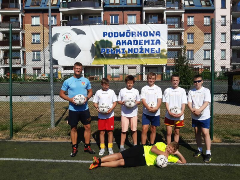 Zdjęcie grupy chłopaków zawodników piłki nożnej