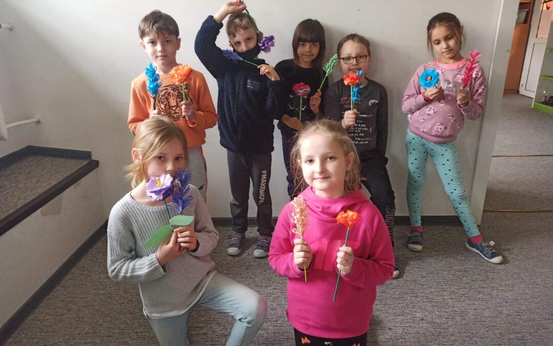 Tworzenie wiosennych kwiatów przez dzieci z Szkoły Podstawowej nr 9